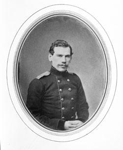 Толстой на фотографии придворного фотографа С.Л. Левицкого в мундире участника Крымской войны.