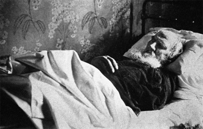 Софья Андреевна не смогла по-человечески проститься с мужем, ее пустили к нему, лишь когда граф был