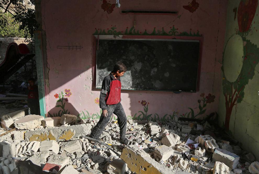 7. Обувь сирийских школьников после авиаудара. (Фото Amer Almohibany):