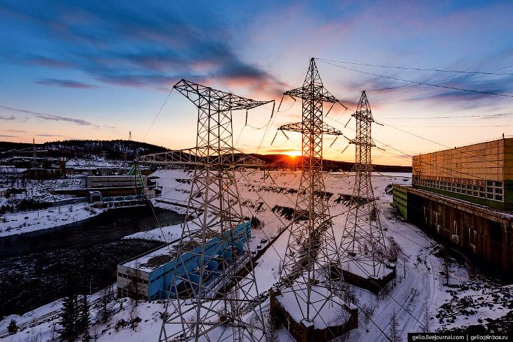 2. Административное здание Вилюйской ГЭС возле посёлка энергетиков Чернышевский. Этот более старый к