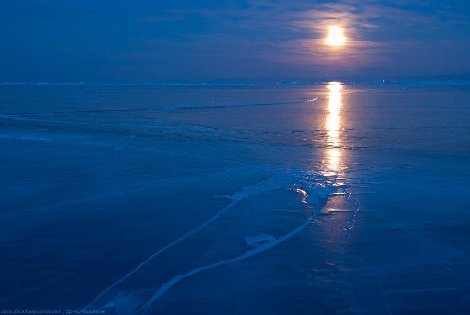 Пошёл погулять на ночной лёд. Байкал скрипит, ухает, разговаривает во сне. От резких звуков, тресков