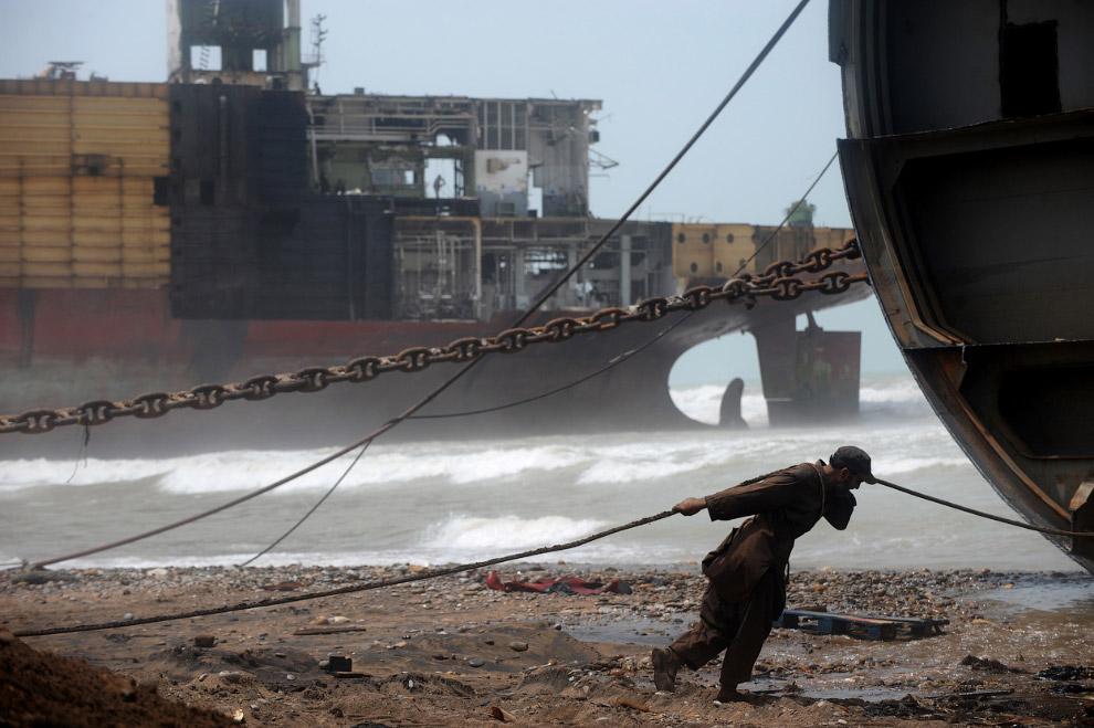 14. Берег мертвых кораблей в Аланге, что в 50-ти км от Бхавнагара, Индия. Вид со спутника. (Фото © G