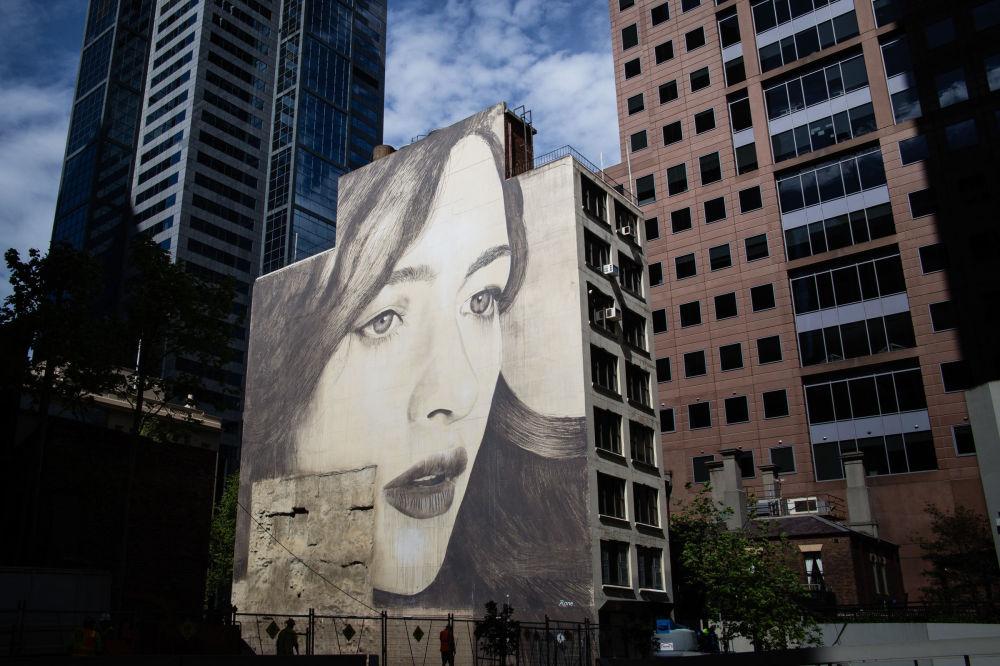 Женский портрет Рона на стене заброшенного здания в Мельбурне.