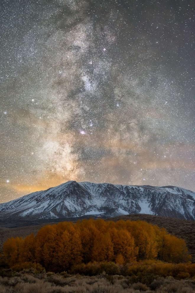 Суперлуние 14 ноября 2016 года. Полная Луна сияет в небе над горой Мармароле в Доломитовых Альпах в