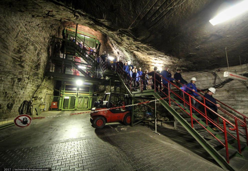 6. Огромный подземный лабиринт отделен от сектора с лифтами герметичным шлюзом.
