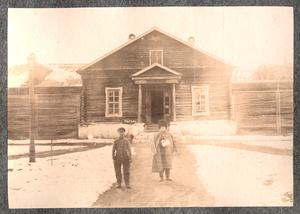 Снимок двух каторжан на фоне тюремного здания