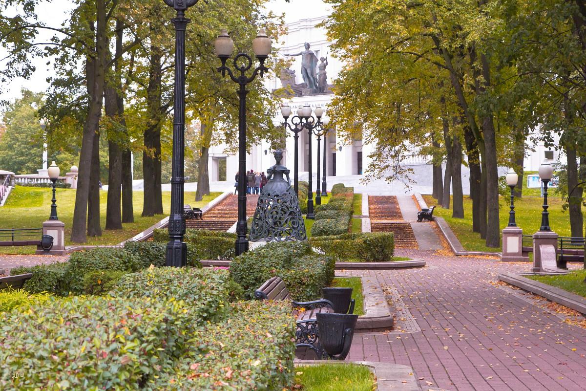 Муза оперы у Большого театра оперы и балета Беларуси