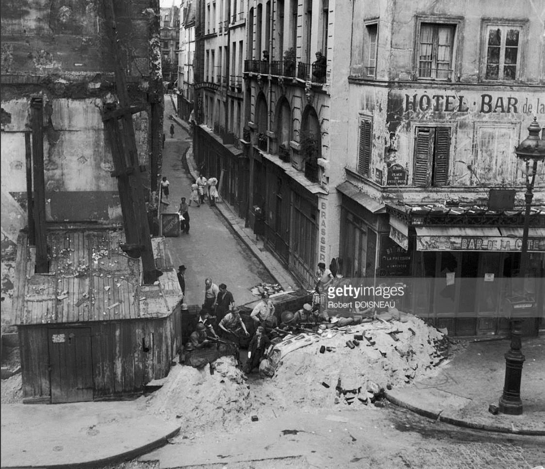 1944. Одна из баррикад на углу площади Пти-Пон. Париж