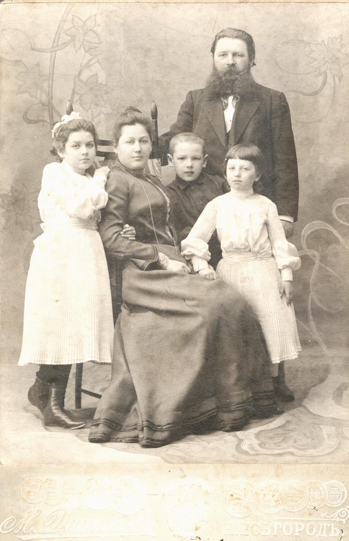 Групповой снимок. Слева направо  Анна Максимовна Дмитриева (дочь); Анна Филипповна Дмитриева (жена); Александр Максимович Дмитриев (сын); Екатерина Максимовна Дмитриева (дочь)