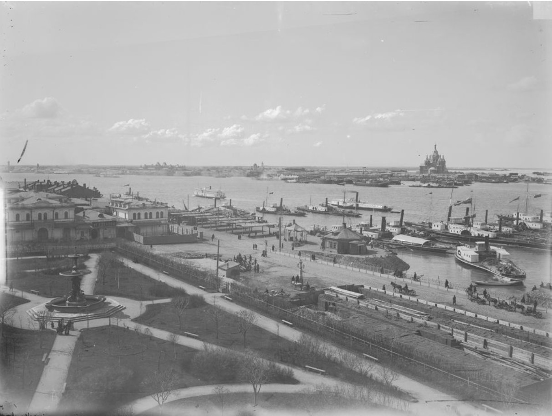 Вид на Софроновскую площадь – на переднем плане и ярмарочную сторону – на заднем. Фонтан в «Блиновском саду»