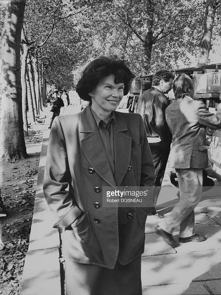 1989. Даниэль Миттеран, жена бывшего французского президента Франсуа Миттерана, прогуливается по набережной Сены в октябре