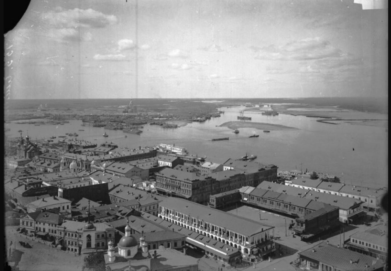 Вид на Нижний базар (на переднем плане) и Стрелку (на заднем плане)