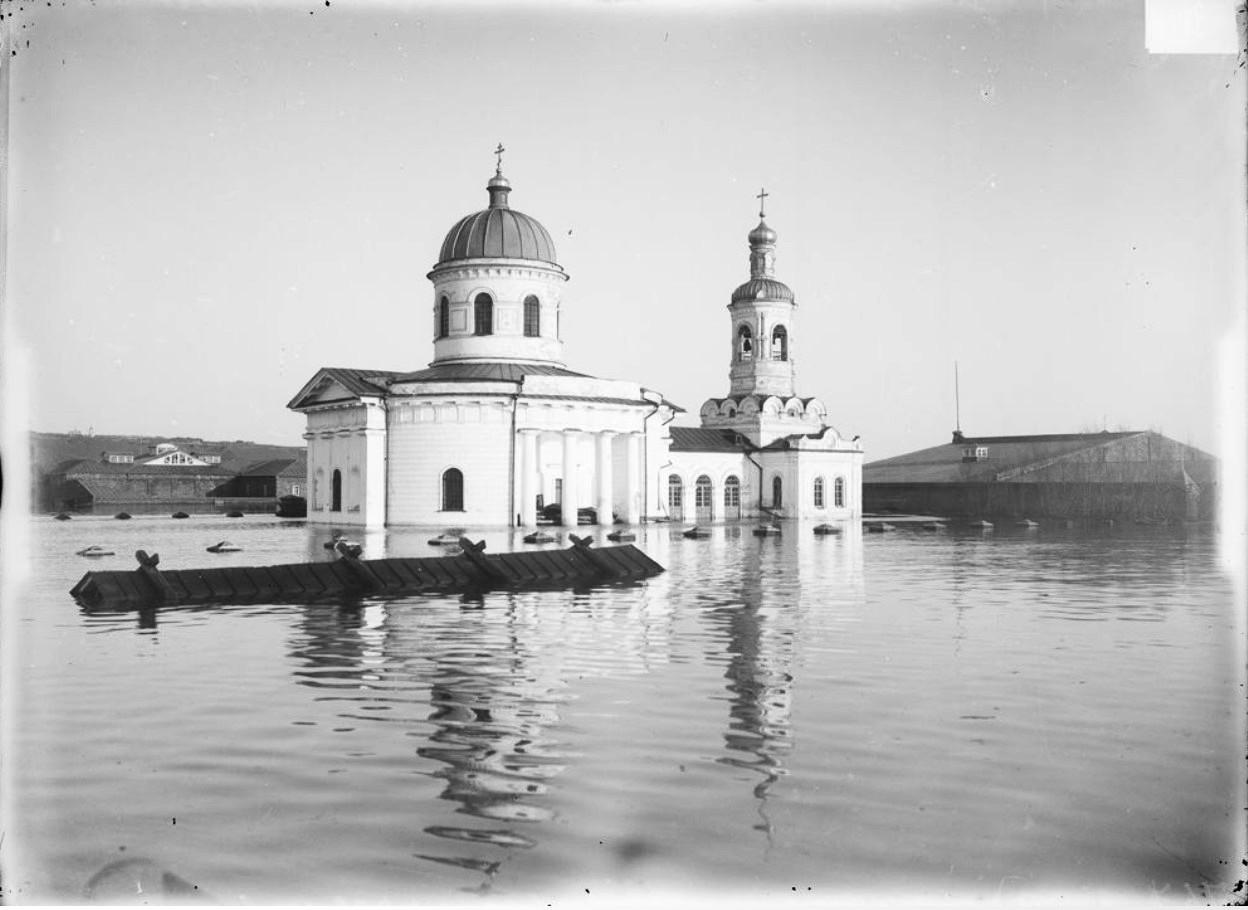 Общий вид Армянской церкви во время половодья