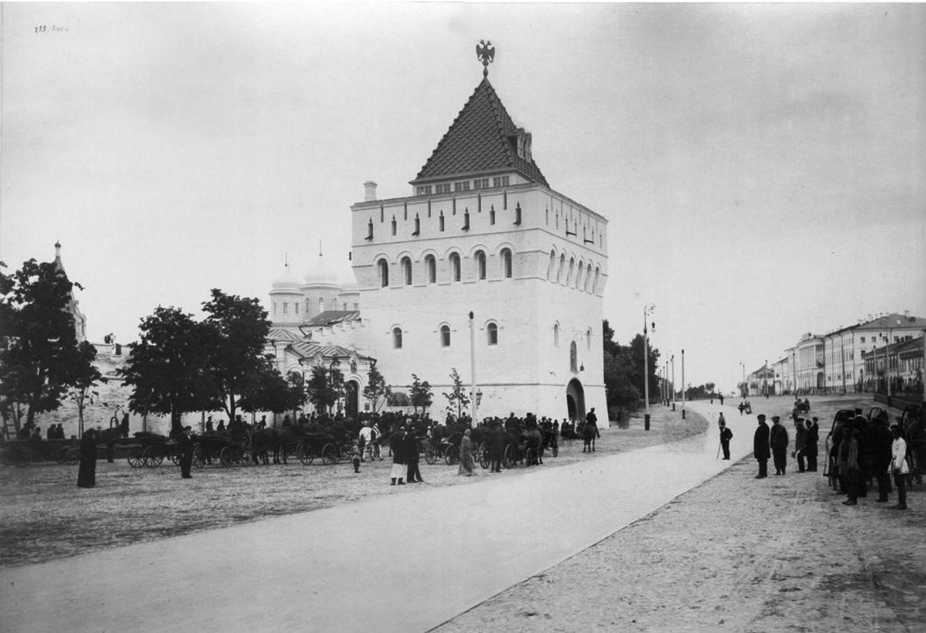 Общий вид Дмитриевской башни кремля