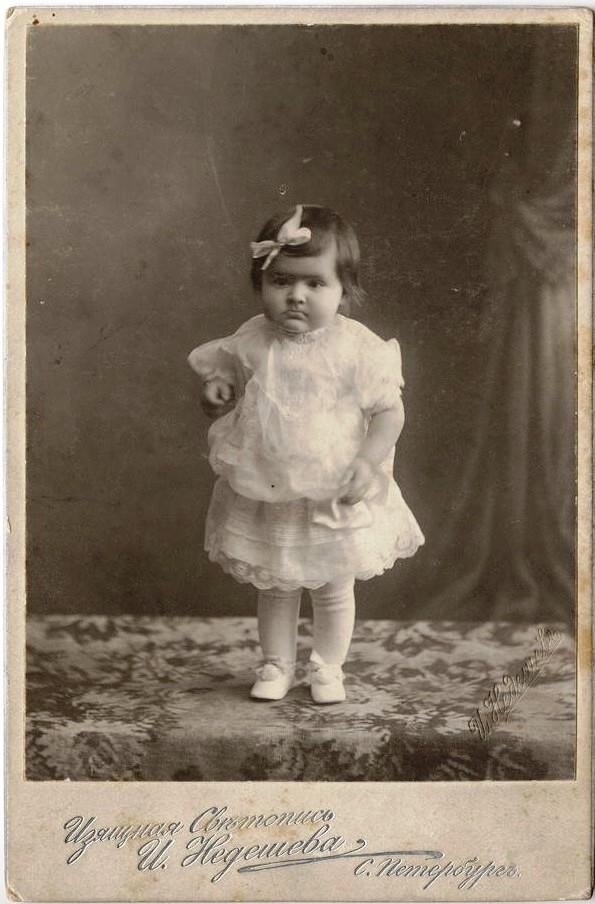 Девочка в белом кружевном платье. 1913