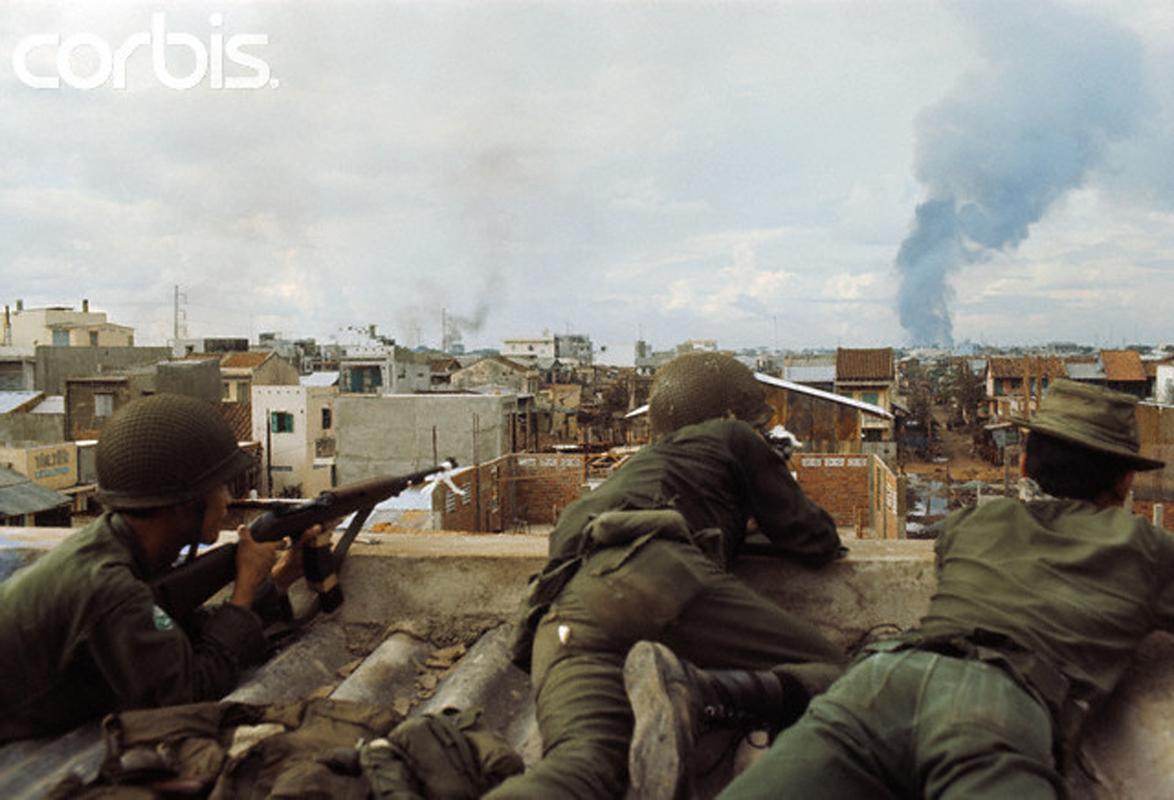 Солдаты Южного Вьетнама во время боев в Сайгоне. 10 мая