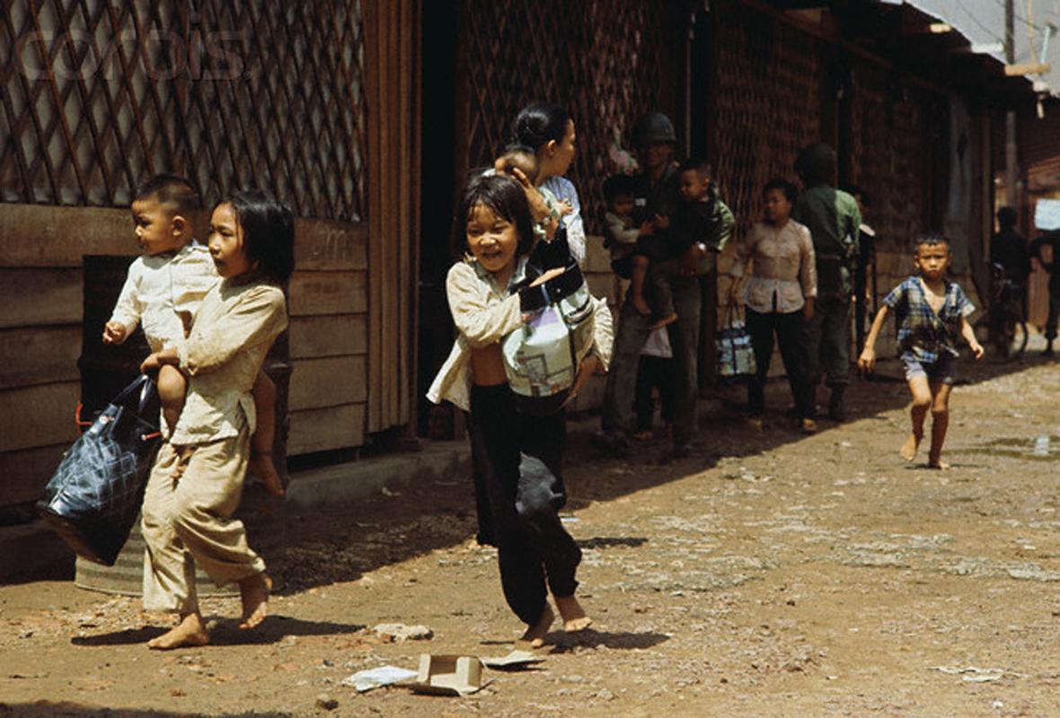 Беженцы бегут из вьетконговцев. 7 мая