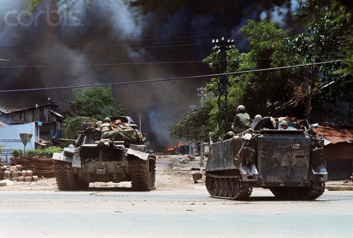 Танки и бронетранспортеры 25-й пехотной дивизии США оцепили район Тёлон, где разразились тяжелые бои с вьетконговцами. 8 мая