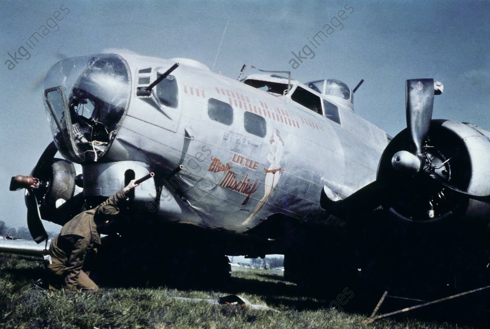 Amerik. B-17 Bomber nach Notlandung. - American B-17 Bomber after forced landin -