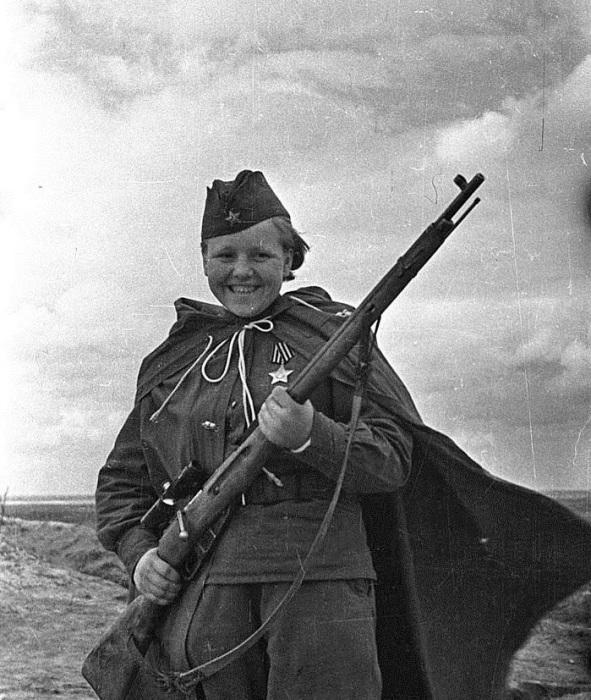 Кавалер ордена «Славы» 3 степени, снайпер Мария Кувшинова, уничтожившая 23 немецких солдата и офицер