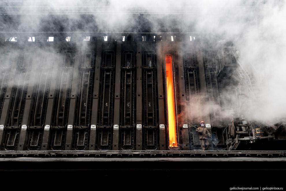12. ММК располагает собственным коксохимическим производством. Это батарея из множества коксовых кол