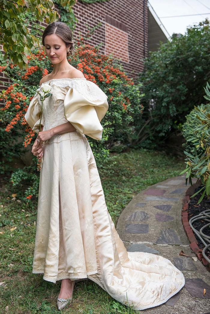 Эта невеста — 11-я в своей семье, кто надел это 120-летнее свадебное платье