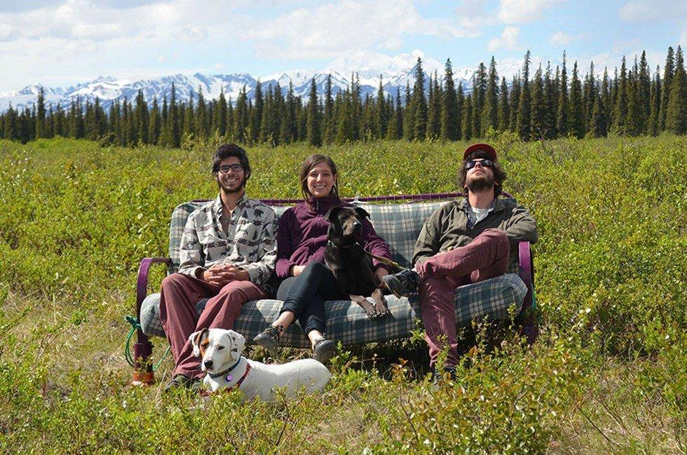 """Необычное путешествие """"на диване"""" устроили трое друзей из Америки, как бы высмеивая общественную лень (9 фото)"""