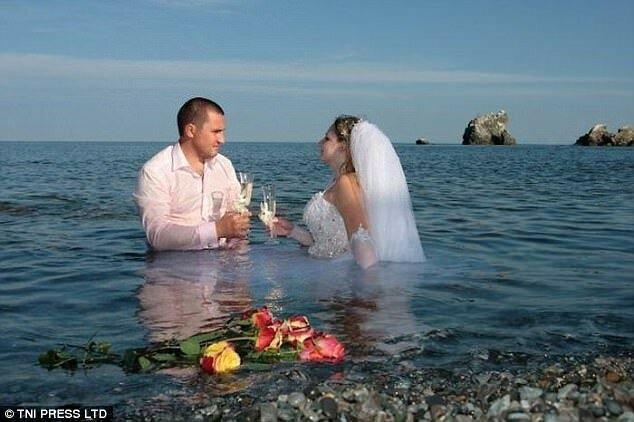 На фотографии несчастны все — молодожены, цветы, море.