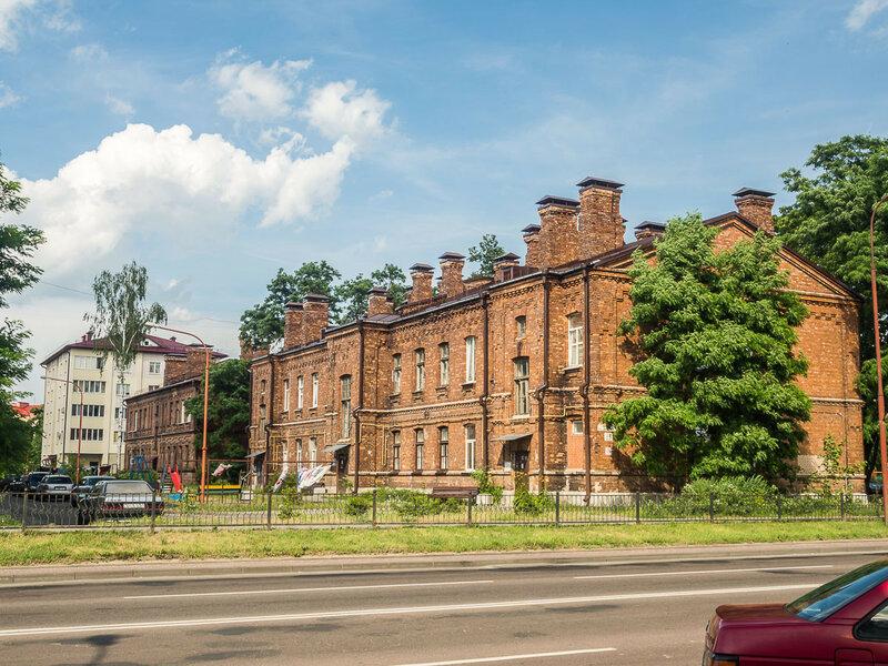 попадаются старые кирпичные здания.