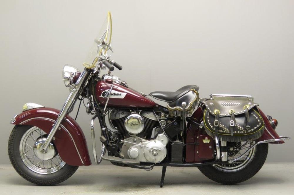 Старинный мотоцикл Indian Roadmaster Chief 1952