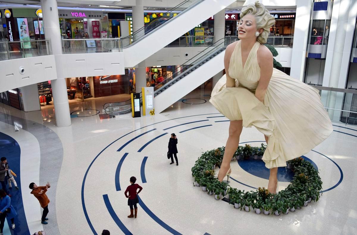 И весь мир у нее под ногами: Американская Мэрилин Монро в китайском торговом центре