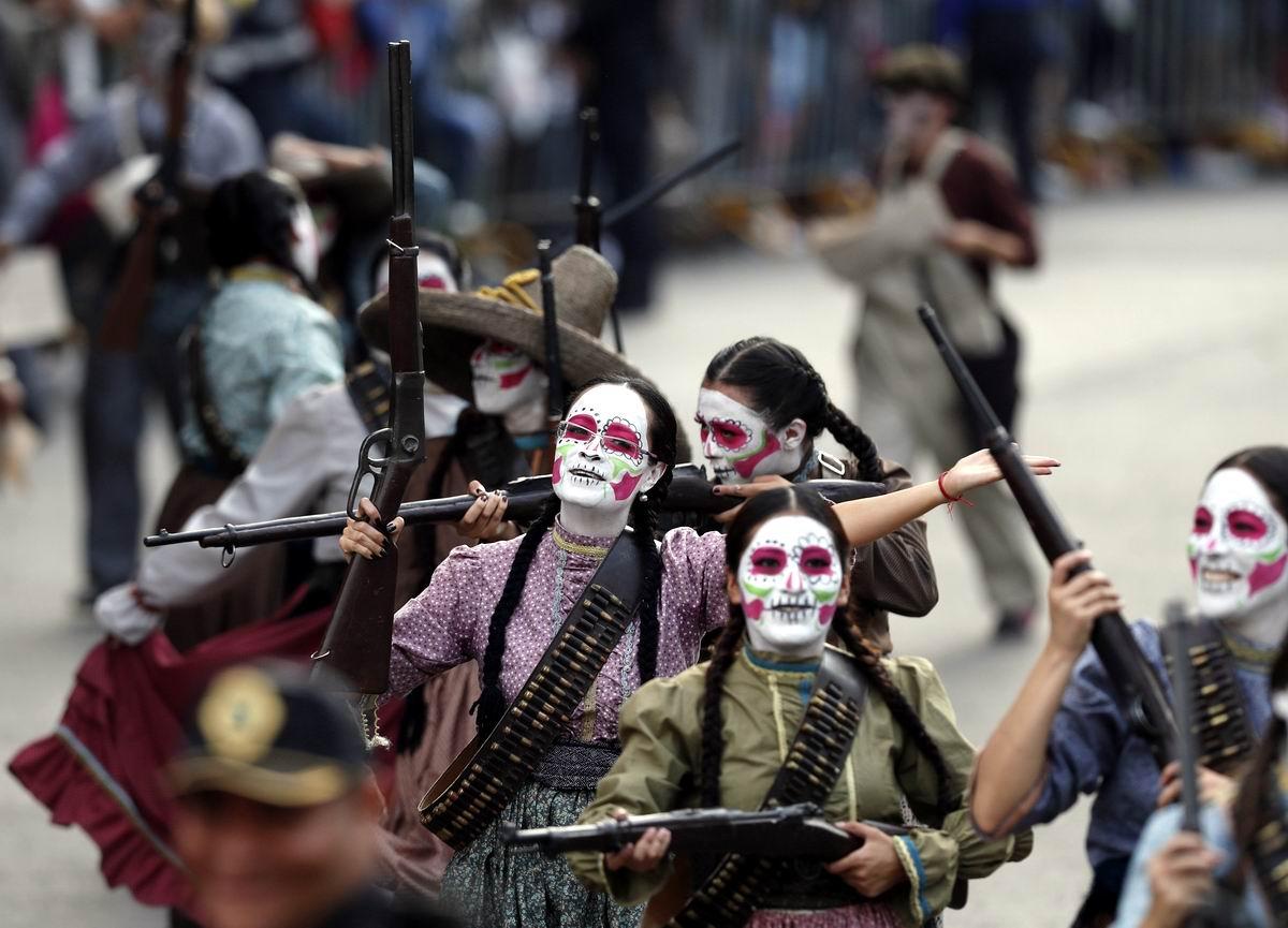 На мексиканском карнавале: Расписные лики до зубов вооруженной и красивой смерти