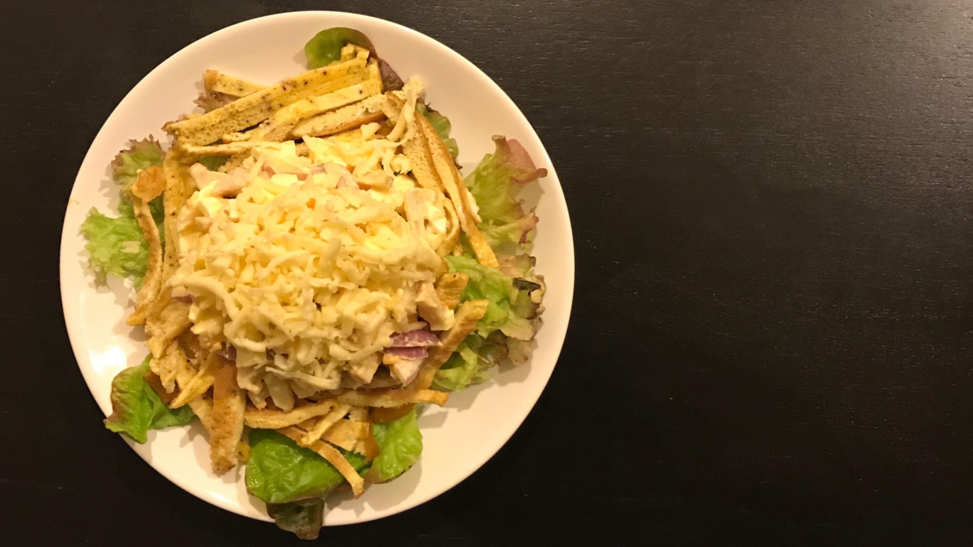 Кальмаровый салат с яичными блинчиками
