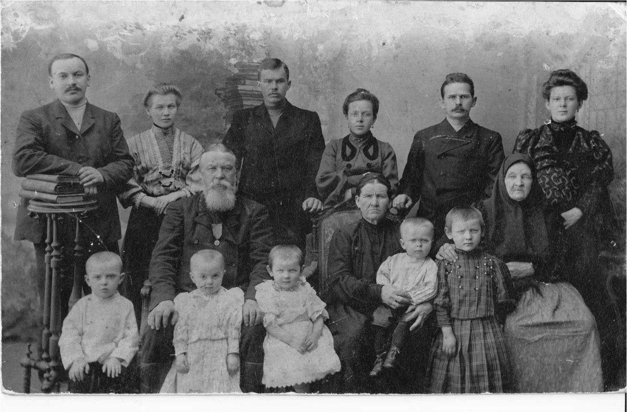 Купец Михаил Яковлев с детьми и внуками