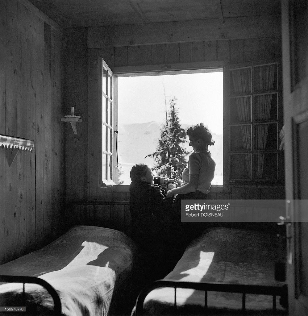 1936. Женщина с ребенком в комнате шале. Межев