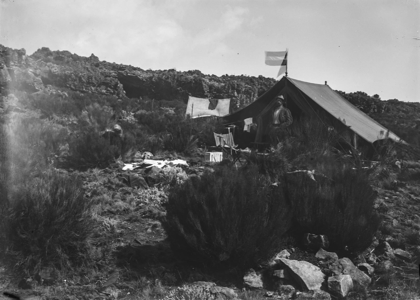 73  Лагерь исследователей на склоне Кибо. Склад