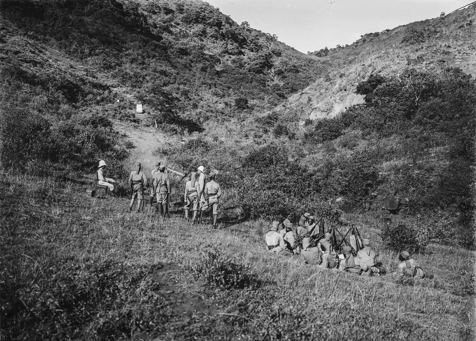 82. Учебные стрельбы. Солдаты немецких колониальных войск , оснащенные огнестрельным оружием Mauser Model 71