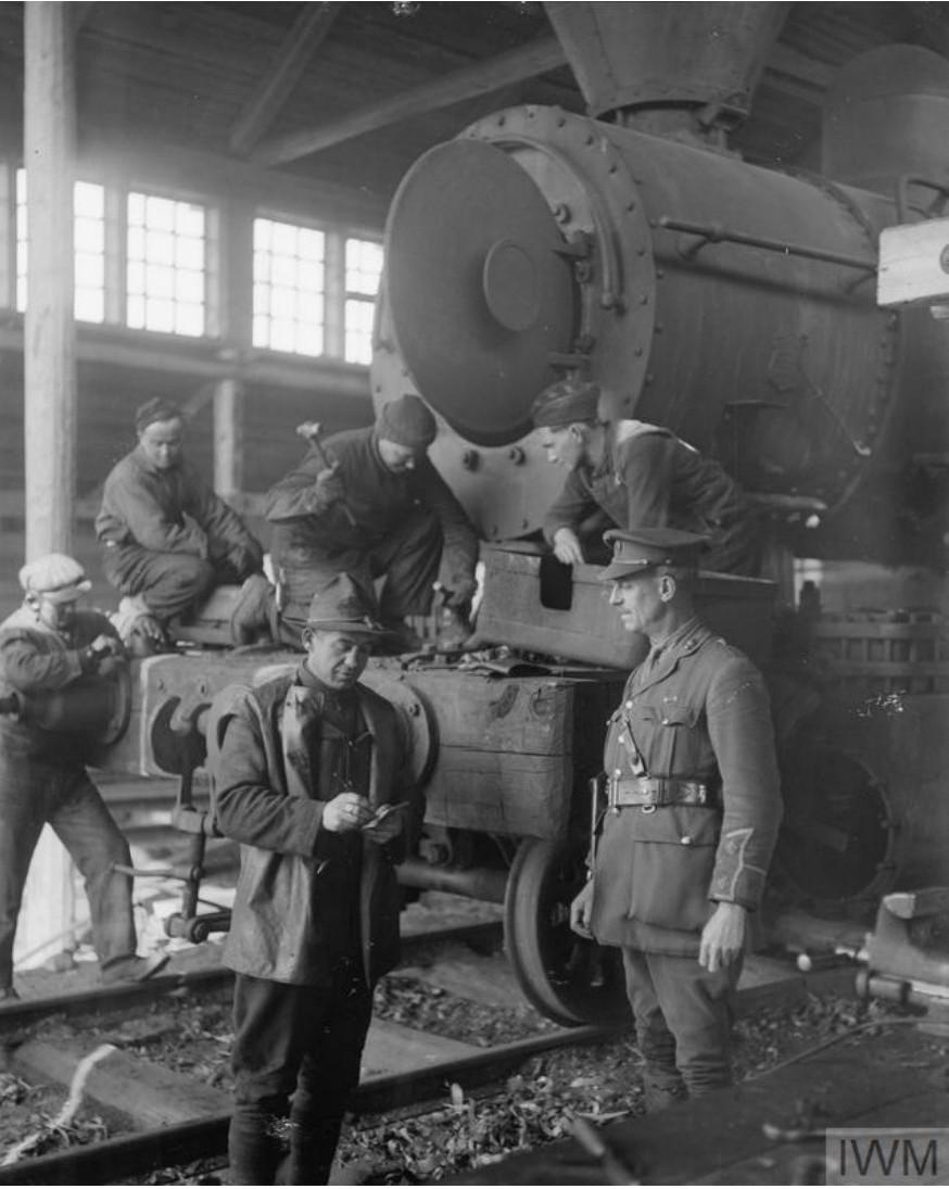 1919. Американские механики в железнодорожной мастерской. Мурманск