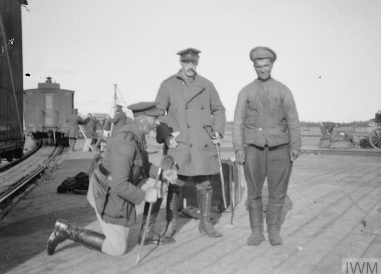 1919. Заключенные большевики и слуга капитана Бленнерхассетта  в Мурманске