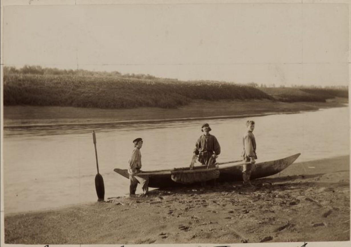 Мужчины выносят рыбу с лодки. Наунак, Васюган