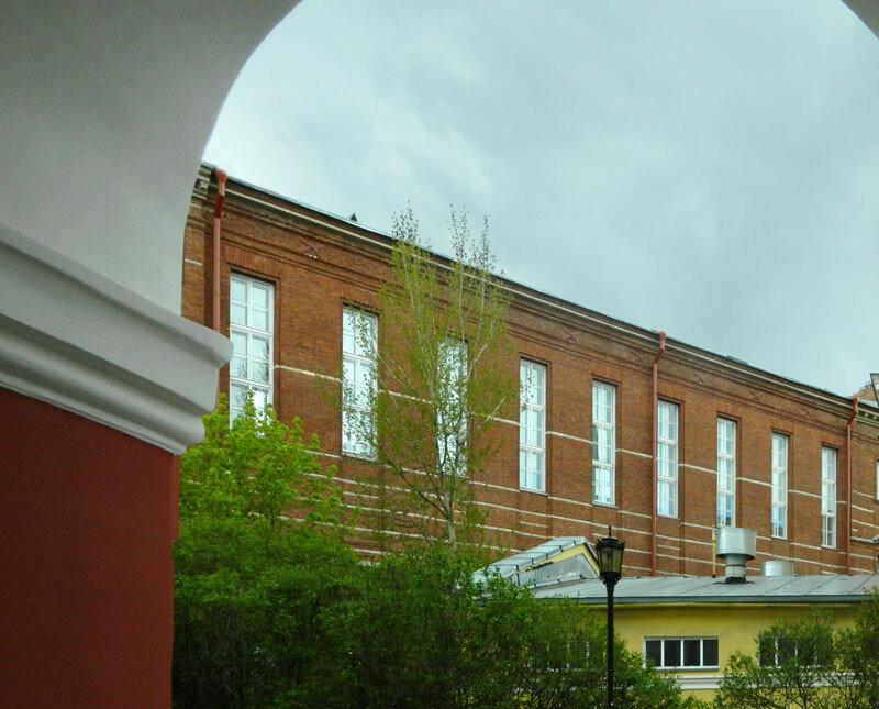Вид из-под арки здания Двенадцати коллегий