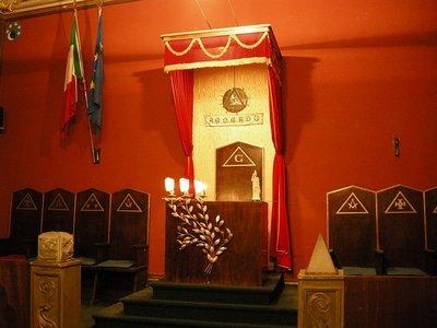 Масонский зал собраний.