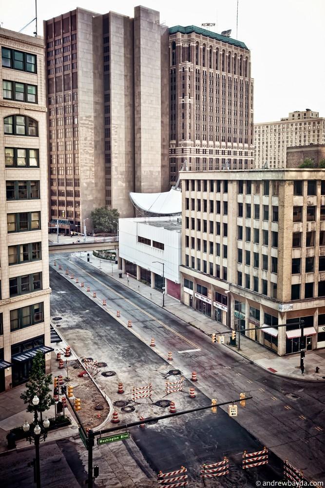 Детройт. Когда впервые попадаешь сюда, город поражает. Полностью пустые дома и улицы с брошенными вы
