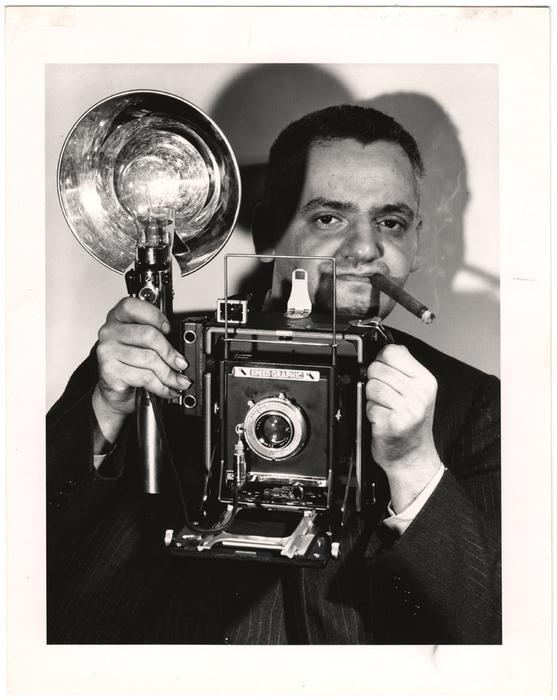 В 1935 году Артур Феллиг уже работал внештатным фотокорреспондентом, много снимал для различных газе