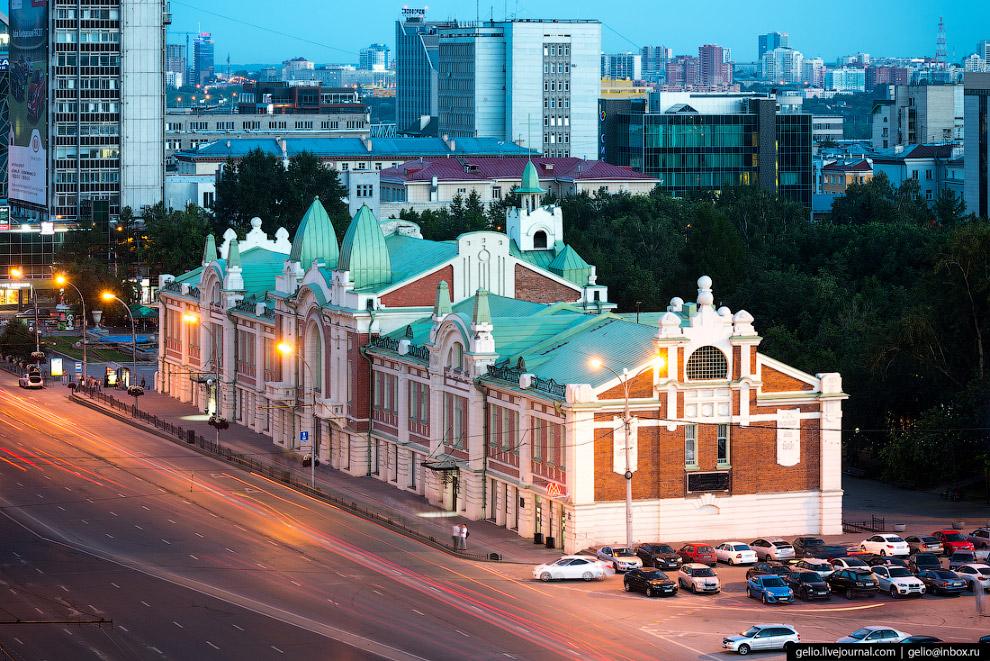 16. Историческое здание музея на Красном проспекте до революции занимали торговый корпус и городская