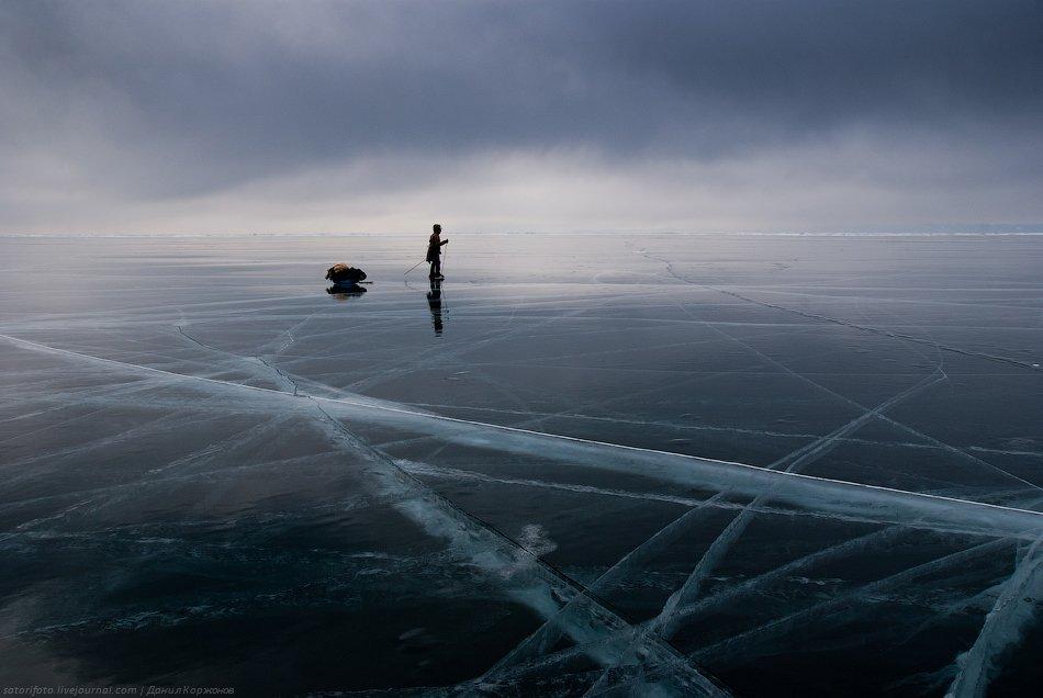 Ни души вокруг: никаких машин, птиц, людей. Только ветер шумит, да и лёд трещит по швам.  Лёд