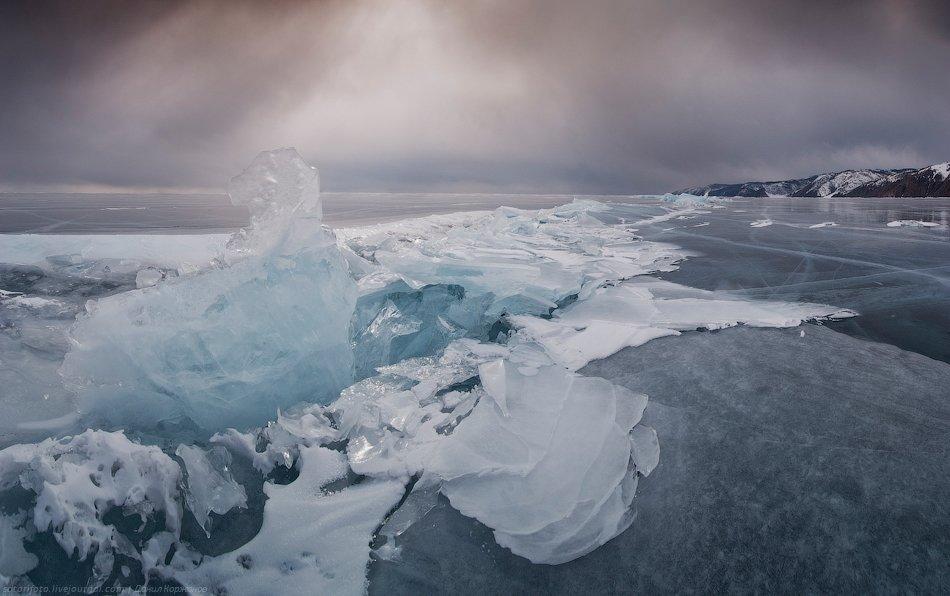 У берегов Байкала лёд совсем другого оттенка, чем за километр. Словно кто-то бочку с краской утопил: