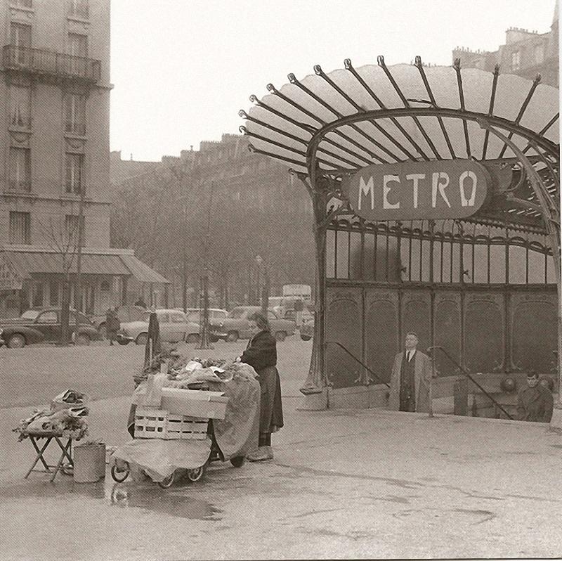 4. Стеклянный вход. Площадь Нации, 1950 год. Постоянная торговка разложила овощи перед открытым стек