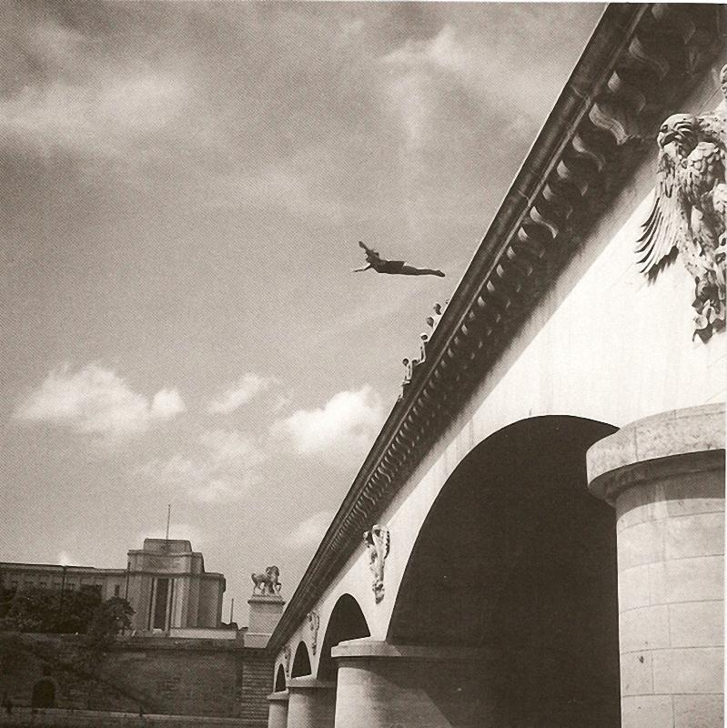 7. Прыжок в перспективу. Летом 1944-го смельчак, взлетев как ангел, бросился в Сену с моста Йена.
