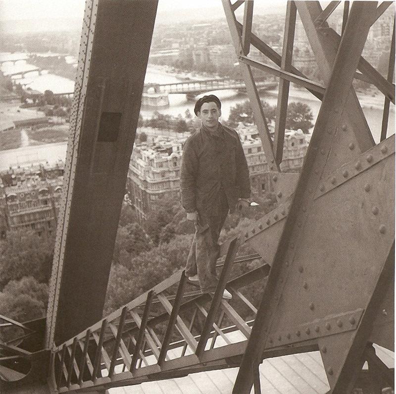 13. Головокружение. Бесстрашный рабочий приводит в порядок конструкцию Эйфелевой башни. Последний эт